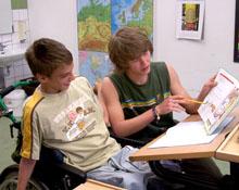 FSJ bei der Hausaufgabenbetreuung mit einem Rollstuhlkind