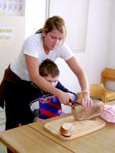 FSJ bei der Unterstützung eines Kindes in Hauswirtschaft