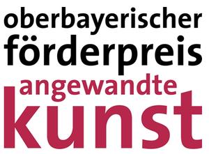 """Zweifarbiger Schriftzug: """"oberbayerischer förderpreis"""" in Schwarz und """"angewandte kunst"""" in Weinrot"""