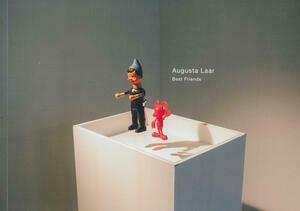 Buchcover des Ausstellungskataloges von Augusta Laar: Eine Zwergenfigur und eine rote Micky Maus stehen auf einer Glasplatte einer Vitrine und scheinen zu schweben.