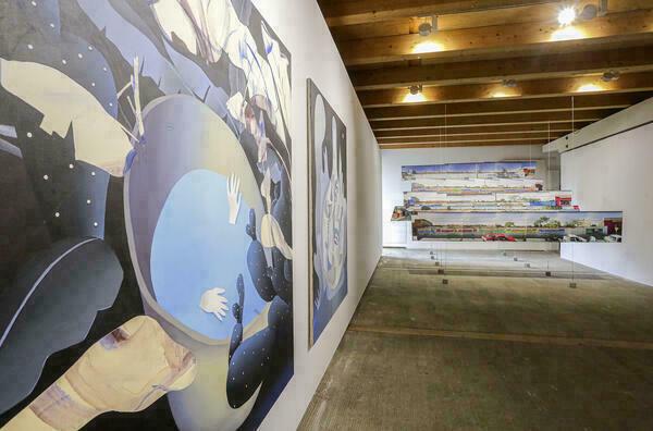 Das Foto zeigt einen Blick in das Tonnengewölbe des europäischen Künstlerhauses Oberbayern in Freising, in dem verschiedene Kunstobjekte verteilt sind.
