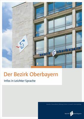 """Cover von """"Der Bezirk Oberbayern (Leichte Sprache)"""": Die Fassade der Bezirksverwaltung - man erkennt Fenster, den Schriftzug Bezirk Oberbayer und das Logo des Bezirks mit stilisiertem Löwenkopf auf der Mauer, dahinter der blau-weiße Himmel."""